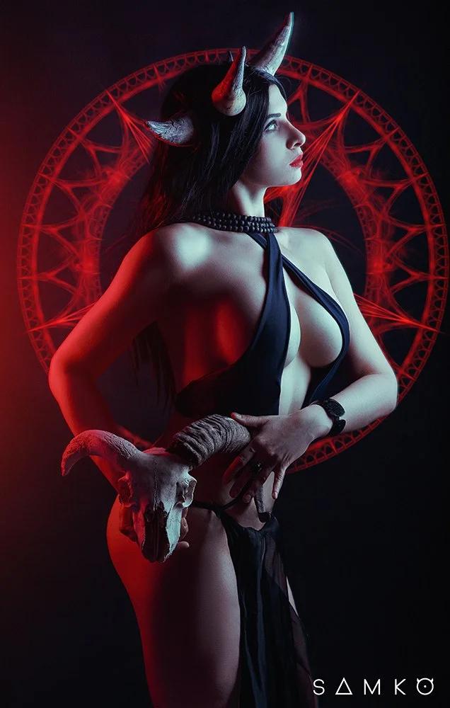 Демонический пятничный косплей c суккубами и демонами